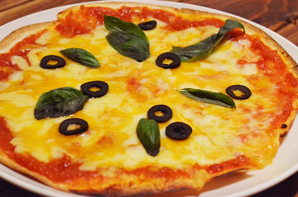 トマトとモツァレラのピザ